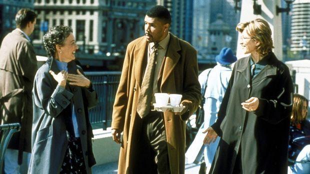 Dr. Benton (Eriq La Salle, M.) hat Schwierigkeiten, sich auf ein Gespräch mit...