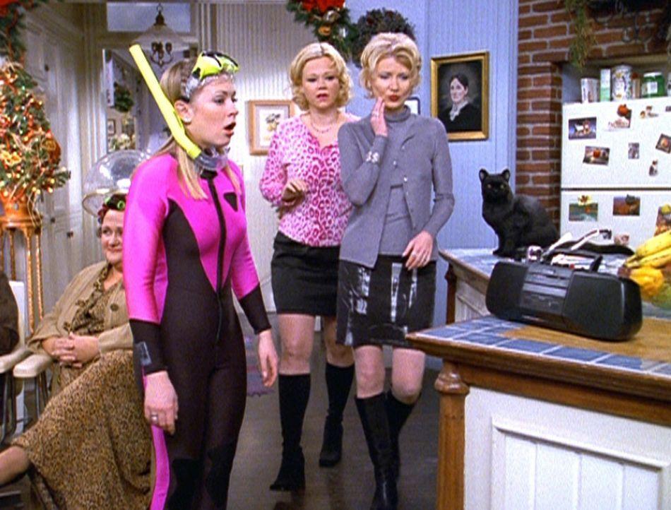 Zelda (Beth Broderick, r.) und Hilda (Caroline Rhea, M.) bestaunen den Taucheranzug, den sich Sabrina (Melissa Joan Hart, 2.v.l.) für die Reise nac... - Bildquelle: Paramount Pictures