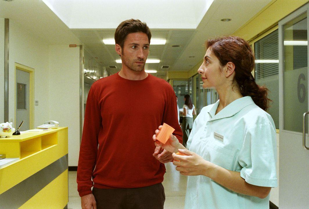 Da sich das Babyglück nicht einstellen will, findet sich Uli (Benjamin Sadler, l.) unverhofft beim Spermatest - und unter den Fittichen von Schwest... - Bildquelle: Sat.1