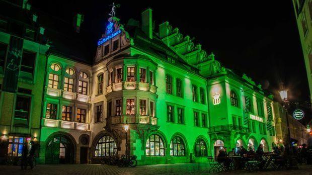 """Im Rahmen des weltweiten """"Greenings"""" wird in München am St. Patrick..."""