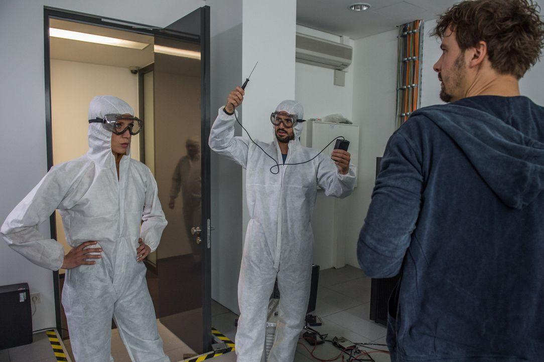 Im BKA stellen die Mitarbeiter (Christoph Dobrig, r.) schnell fest, dass die Electro-Magnetic Pulse-Welle tatsächlich alle Festplatten zerstört hat.... - Bildquelle: Wolfgang Ennenbach SAT.1
