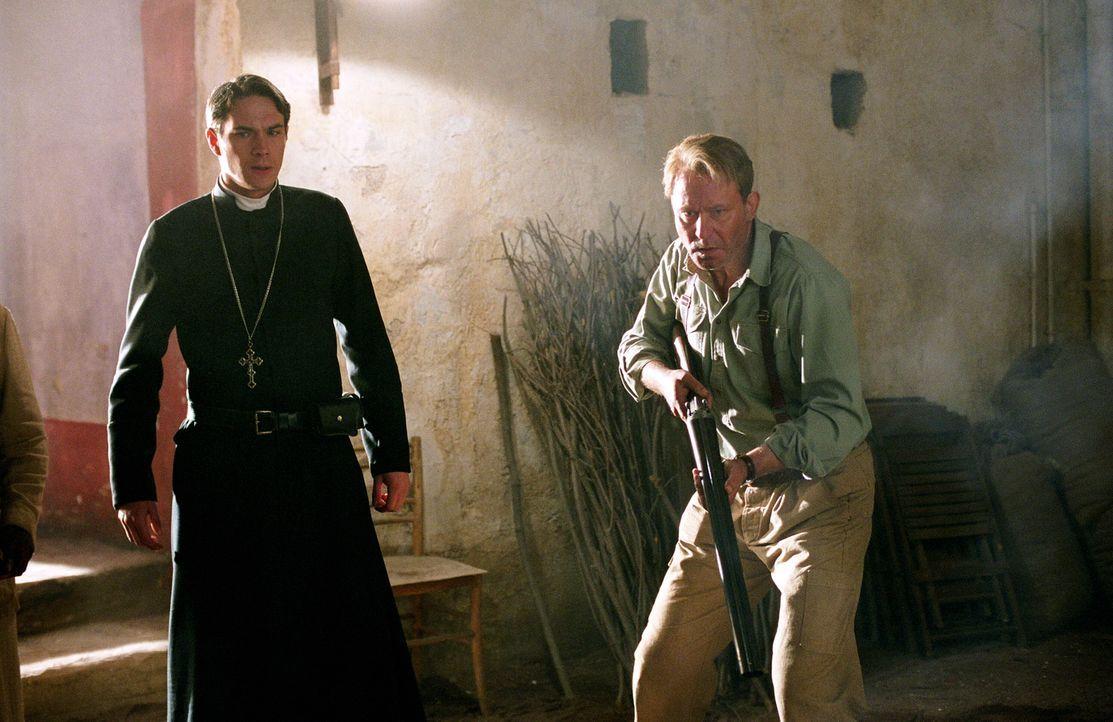 Legen so gar kein geistliches Verhalten an den Tag: Father Merrin (Stellan Skarsgård, r.) und Father Francis (James D'Arcy, l.)... - Bildquelle: Warner Brothers