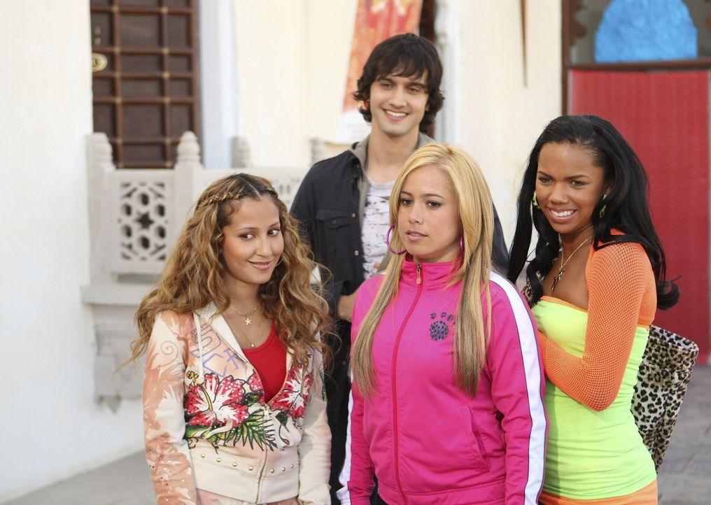 Die Girls (v. r. n. l. Adrienne Bailon, Sabrina Bryan, Kiely Williams) machen sich über den Hype um Rahim, den Bollywood-Superstar und zukünftigen F... - Bildquelle: Disney - ABC - ESPN Television