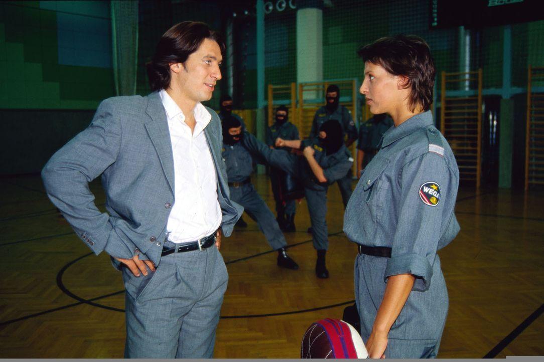 Kommissar Moser (Tobias Moretti, l.) trifft sich mit der Kollegin Elisabeth Böhm (Sabine Petzl, r.), die bei der Jugendpolizei arbeitet. Er möchte m... - Bildquelle: Ali Schafler Sat.1