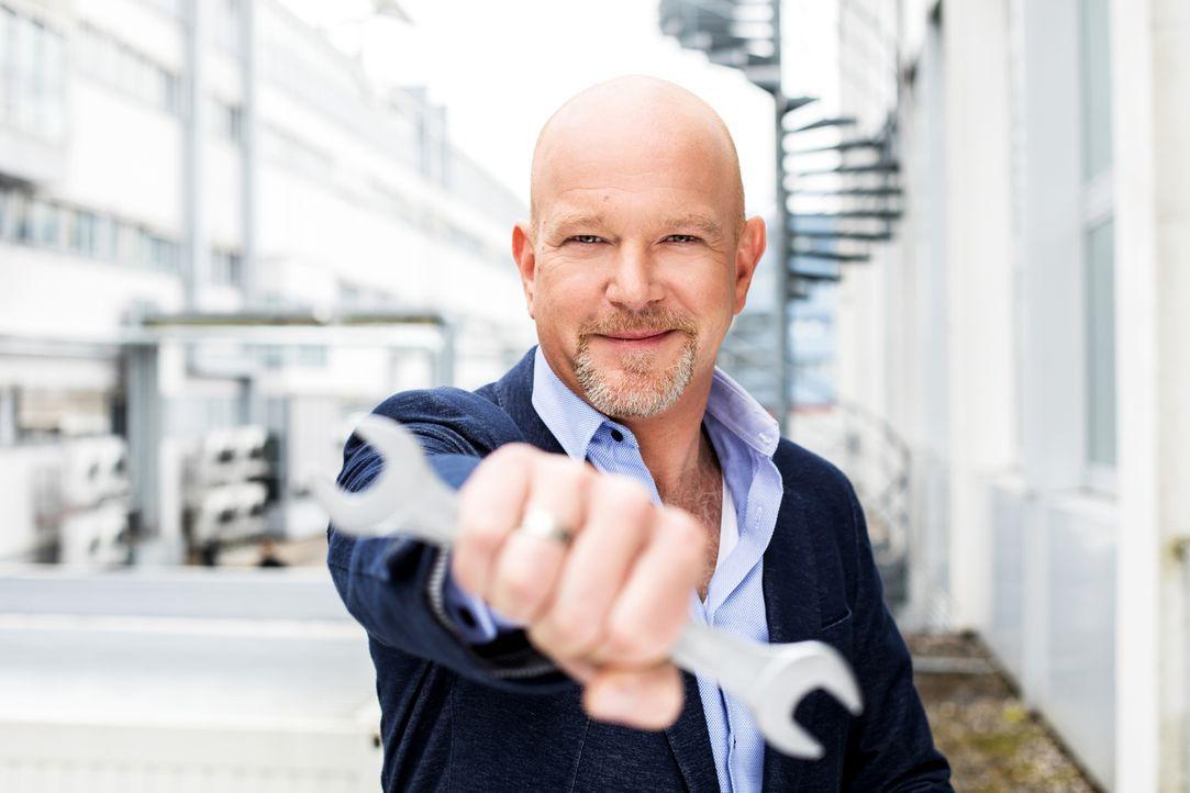 """Peter Giesel wirft in dieser Reportage einen Blick auf die Frage """"Wie ehrlich sind Deutschlands Handwerker?"""". - Bildquelle: Stefan Hobmaier kabel eins"""