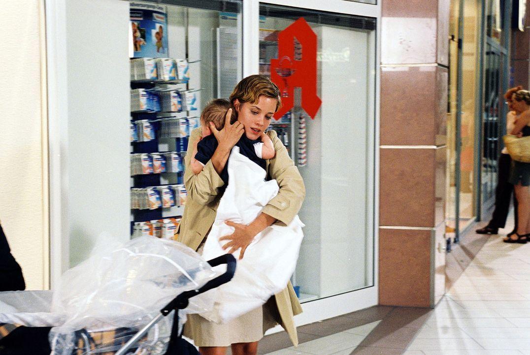 Nicole Brandt (Muriel Baumeister) entführt den kleinen Kevin. - Bildquelle: Gordon Mühle Sat.1