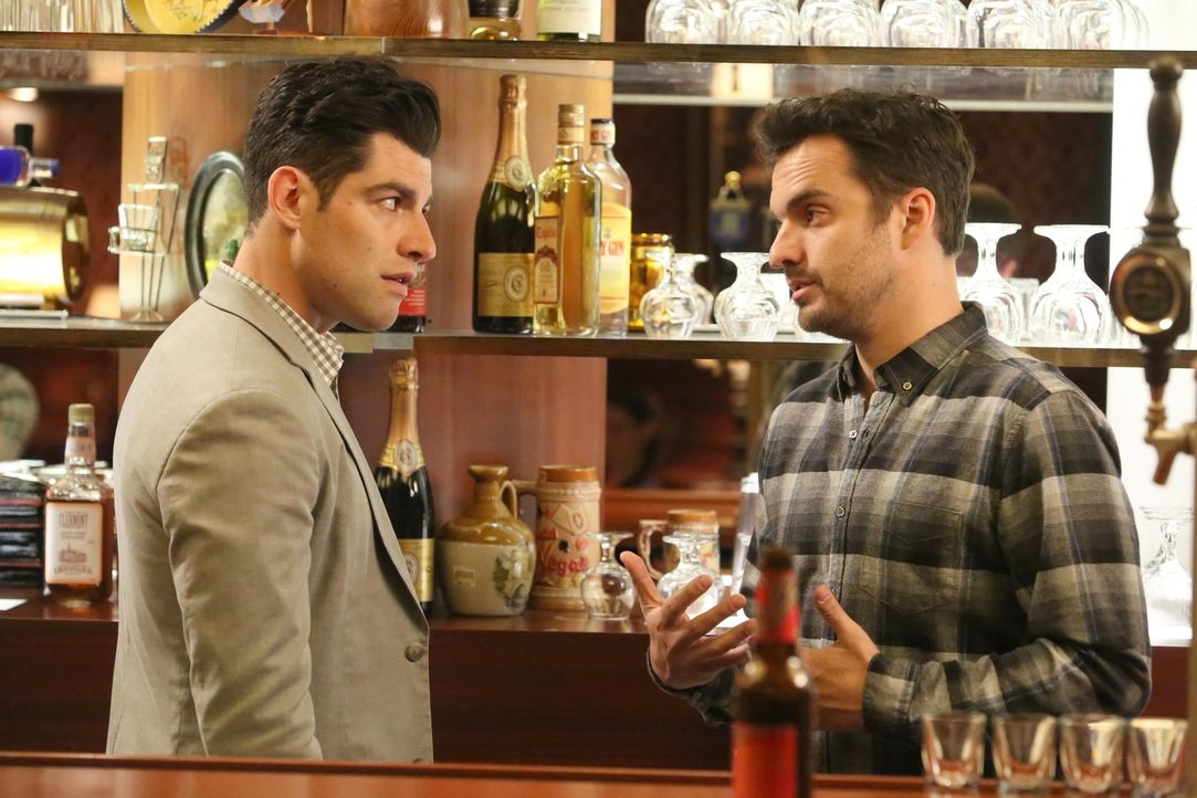 Schmidt (Max Greenfield, l.) und Nick (Jake Johnson, r.) geraten aneinander, als sie unterschiedliche Vorstellungen darüber haben, wie die Bar gelei... - Bildquelle: Patrick McElhenney 2016 Fox and its related entities.  All rights reserved.
