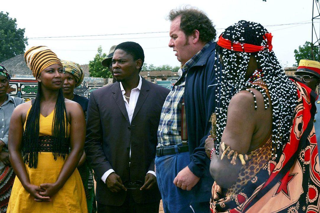 Bei einem Preisausschreiben gewinnt Otto (Ottfried Fischer, 2.v.r.) eine zweiwöchige Ferienreise nach Afrika. Für ihn und seine Tochter Anna beginnt... - Bildquelle: Blid Alsbirk Sat.1