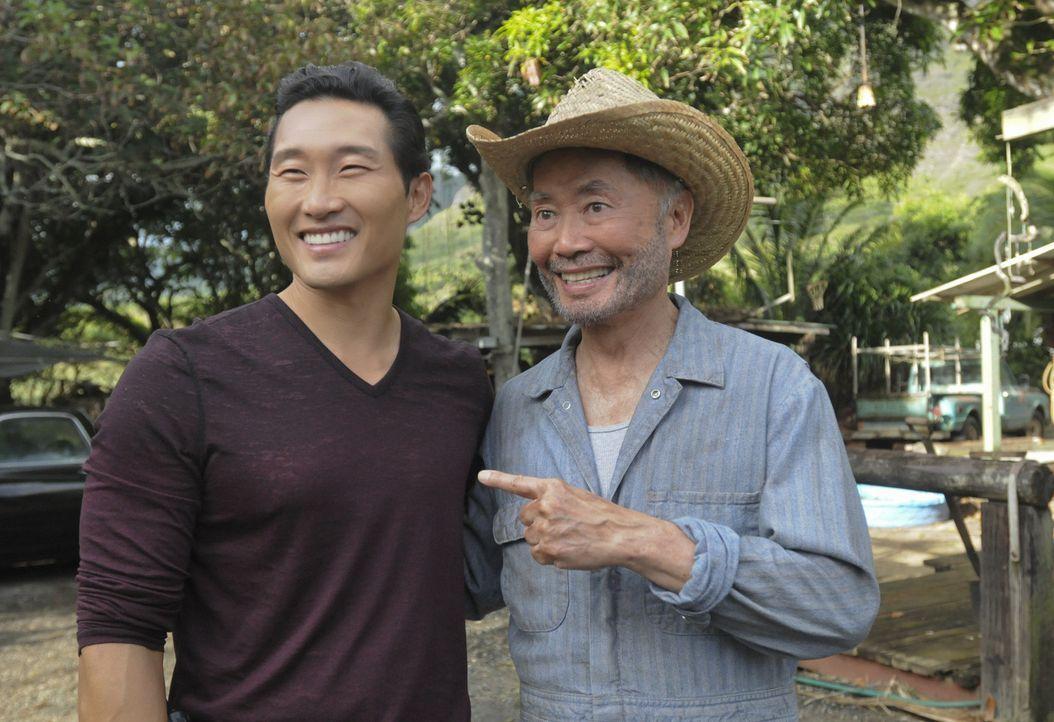 Um einen neuen Fall zu lösen, sucht Chin (Daniel Dae Kim, l.) Hilfe bei seinem Onkel Choi (George Takei, r.) ... - Bildquelle: 2012 CBS Broadcasting, Inc. All Rights Reserved.