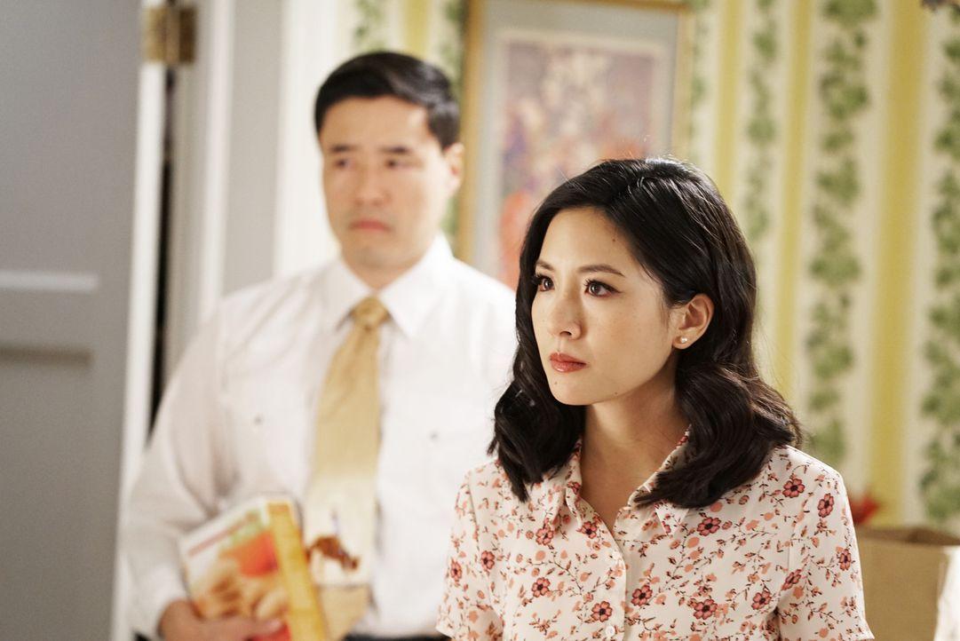 Während Louis (Randall Park, l.) die Speisekammer neu eingerichtet hat, ist die verantwortungsbewusste Jessica (Constance Wu, r.) eifersüchtig auf d... - Bildquelle: 2016-2017 American Broadcasting Companies. All rights reserved.