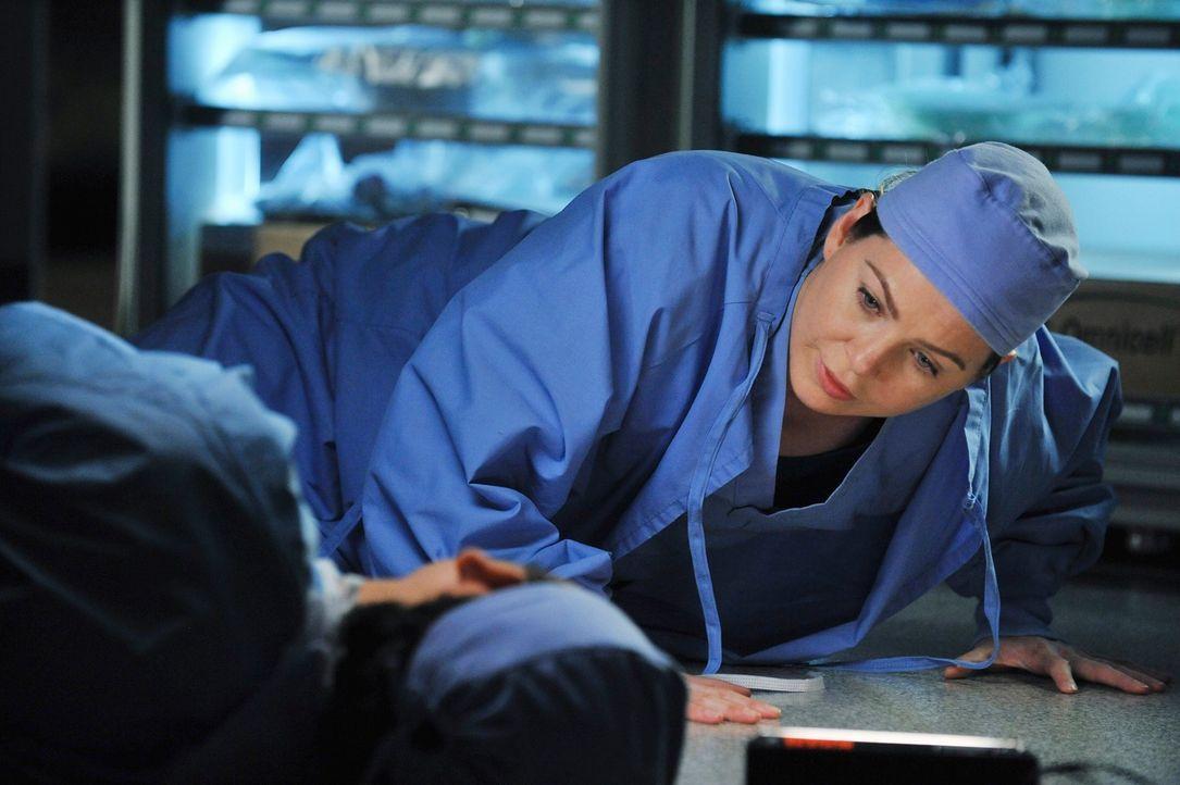 Cristina (Sandra Oh, l.) bricht während einer Operation zusammen. Sie ist bewegungsunfähig und steht unter Schock. Die Ereignisse des Amoklaufs habe... - Bildquelle: ABC Studios