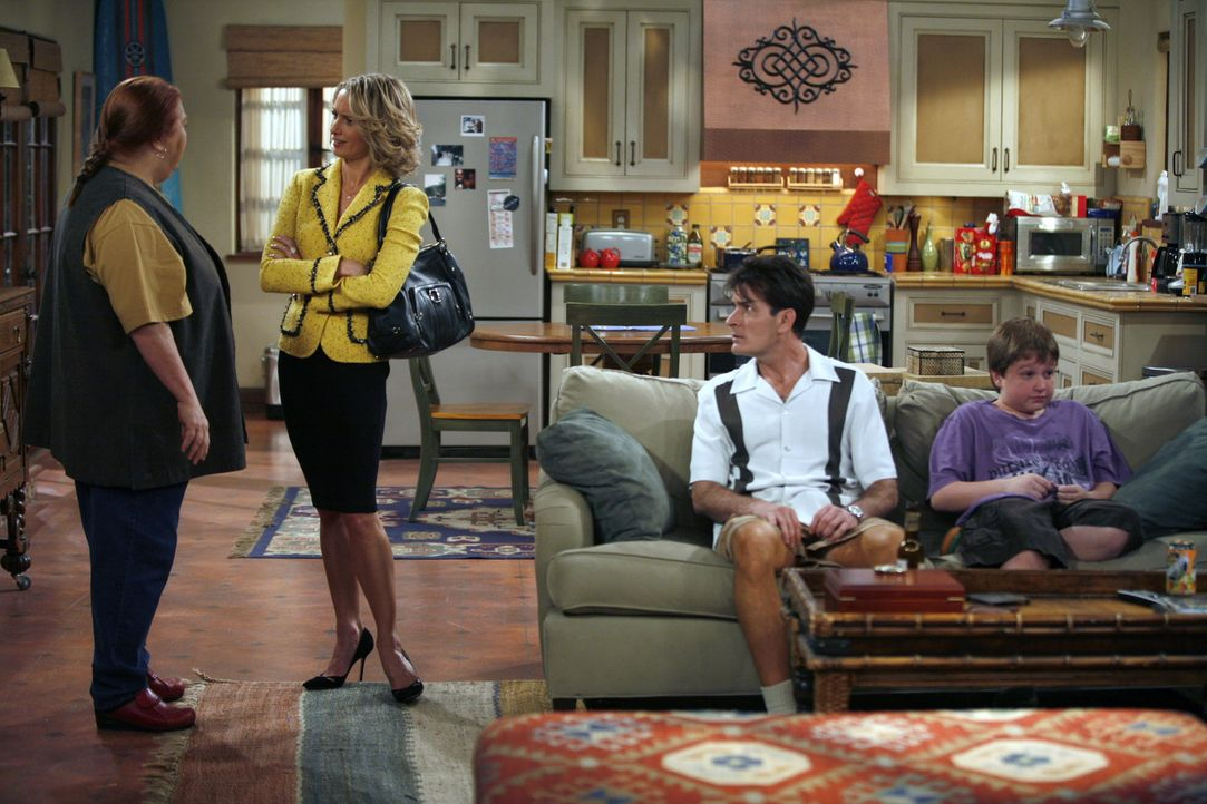 Charlie (Charlie Sheen, 2.v.r.) ist seiner Freundin Lydia (Katherine Lanasa, 2.v.l.) hörig und schafft es nicht, sich gegen ihre Respektlosigkeiten... - Bildquelle: Warner Brothers Entertainment Inc.