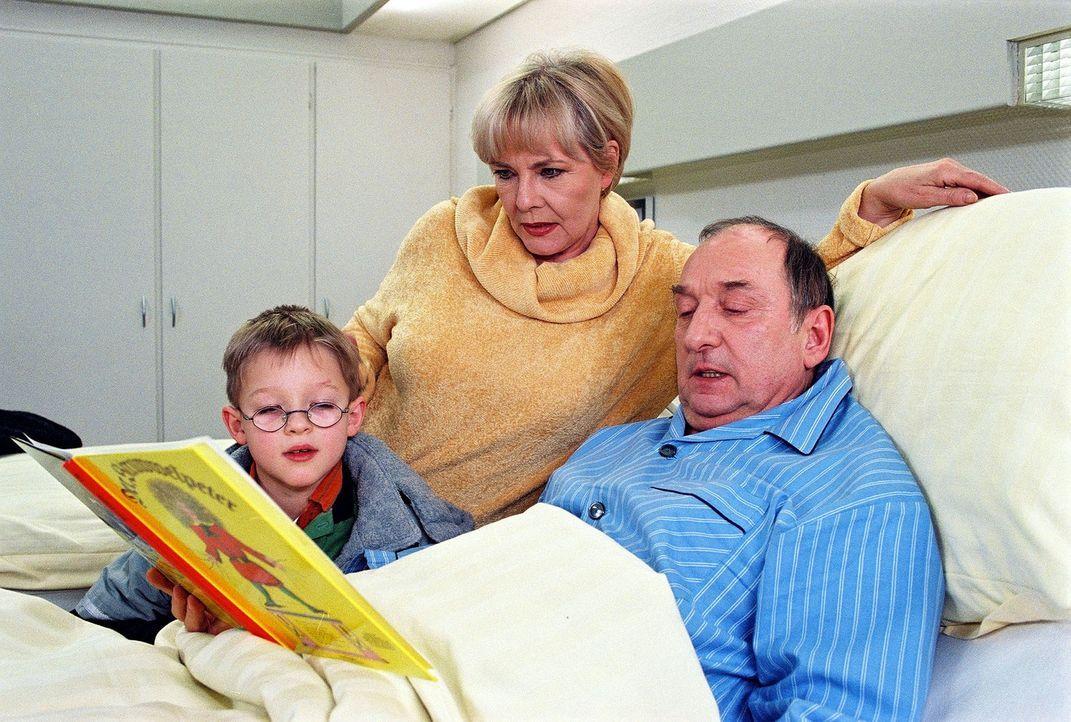 Luise Kupke (Annekathrin Bürger, M.) besucht mit ihrem Enkel Sebastian (Victor Jagielski, l.) ihren Mann Alois (Heinz Rennhack, r.) und ist erleichtert, dass er wieder Nahrung zu sich nimmt.