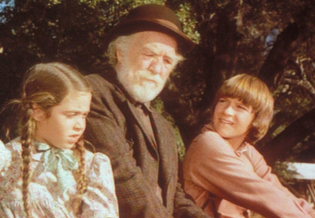 Onkel Jed (E. J. André, M.) zwingt James (Jason Bateman, l.) und Cassandra (Missy Francis, r.) zu einer gemeinsamen Reise in die Großstadt der Welt. - Bildquelle: Worldvision
