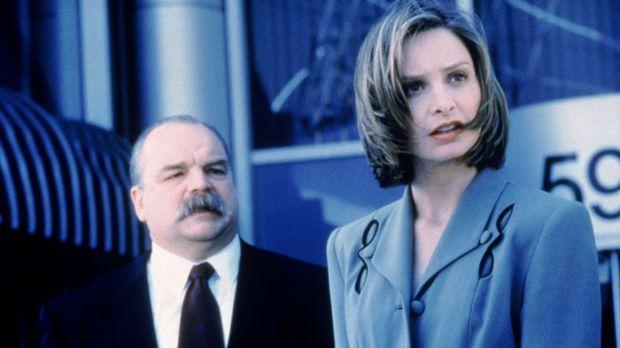 Georgia engagiert Ally McBeal (Calista Flockhart, r.) als zweite Anwältin für...