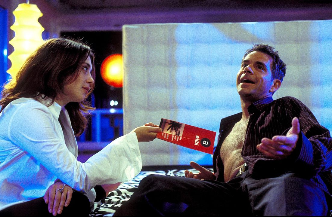 Als Andrea (Julia Richter, l.) erfährt, dass Erik (Florian Fitz, r.) eine Alibi-Agentur für notorische Fremdgeher besitzt, kühlen ihre Gefühle merkl... - Bildquelle: Krumwiede / Muehle ProSieben