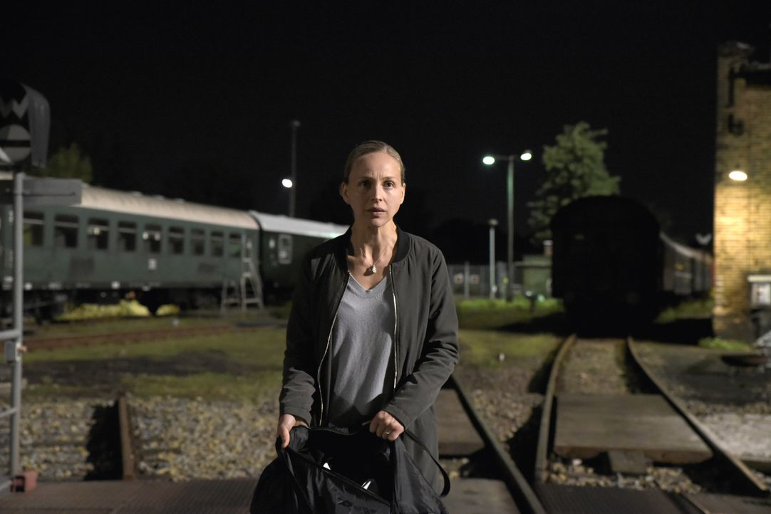"""""""Wo ist Jella?"""" Verzweifelt begibt sich Nora (Petra Schmidt-Schaller) auf die Suche nach den Entführern ihres Kindes - und bringt sich damit selbst... - Bildquelle: Christiane Pausch SAT.1"""