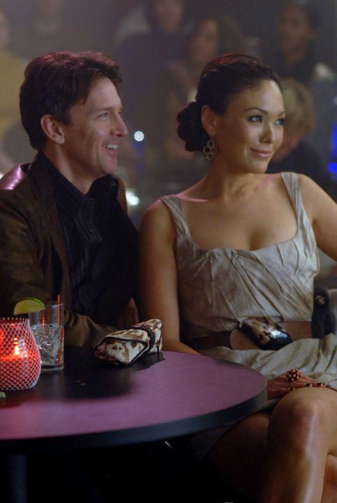 Victory (Lindsay Price, r.) stellt ihren Freundinnen endlich den Mann ihres Herzens, Joe (Andrew McCarthy, l.), vor .. - Bildquelle: 2004 NBC, Inc.
