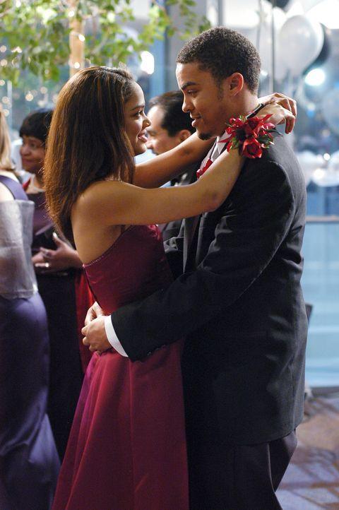 Genießen den Abschlussball: Camille (Tessa Thompson, l.) und Brian (Charles Duckworth, r.) ... - Bildquelle: Touchstone Television
