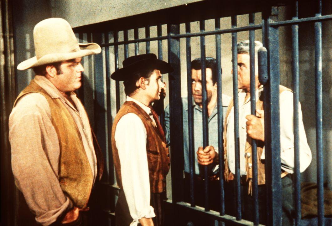 (v.l.n.r.) Hoss (Dan Blocker) und Little Joe (Michael Landon) versuchen, die Wahrheit über den Mord, der Adam (Pernell Roberts) und Ben Cartwright (... - Bildquelle: Paramount Pictures