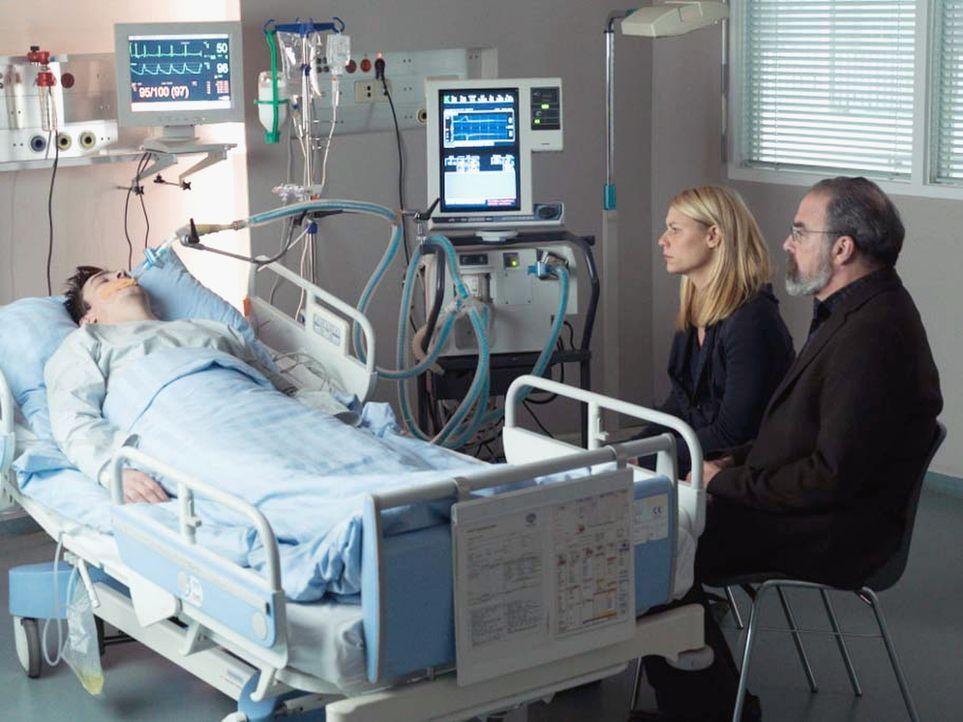 Nach alldem was gesehen ist, machen sich Carrie (Claire Danes, M.) und Saul (Mandy Patinkin, r.) große Sorgen um Quinns (Rupert Friend, l.) Leben ... - Bildquelle: Stephan Rabold 2015 Showtime Networks, Inc., a CBS Company. All rights reserved.