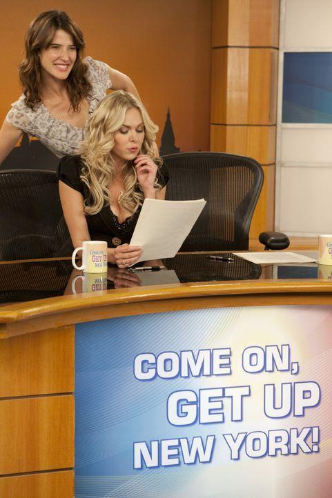Während Teds Studenten seine Vorlesung boykottieren, hat Robin (Cobie Smulders, hinten) Ärger mit ihrer Co-Moderatorin Becky (Laura Bell Bundy, vo... - Bildquelle: 20th Century Fox International Television