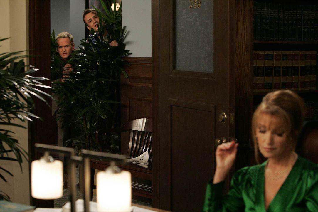 Marshall (Jason Segel, M.) hat Probleme mit seiner Professorin (Jane Seymour, r.). Seit ihrer Scheidung vergibt sie nur noch schlechte Noten und da... - Bildquelle: 20th Century Fox International Television