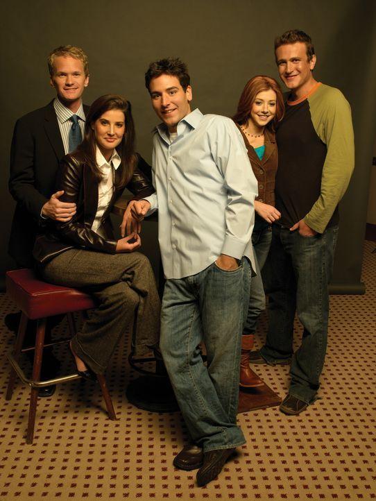 (1. Staffel) - Rückblick in die wilden Jahre von Ted (Josh Radnor, M.), Marshall (Jason Segel, r.), Barney (Neil Patrick Harris, l.), Lily (Alyson H... - Bildquelle: 20th Century Fox International Television