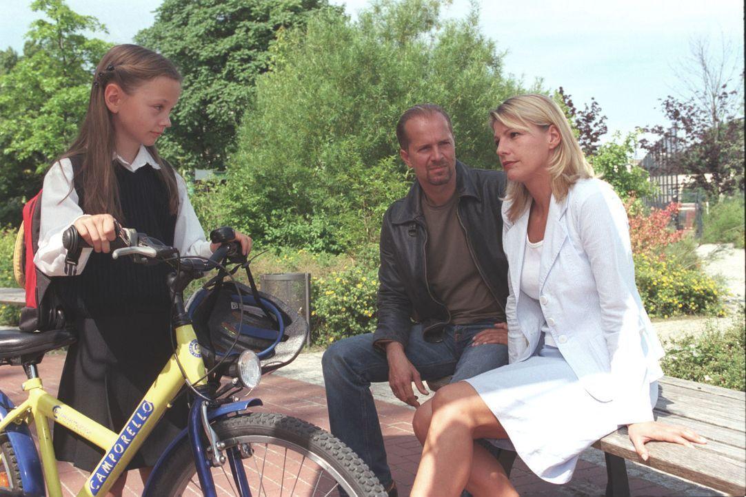 Einfühlsam befragen Sophie (Sophie Schütt, r.) und Jo (Jochen Horst, M.) die kleine Christine (Mathilde Bundschuh, l.) ... - Bildquelle: Claudius Pflug Sat.1