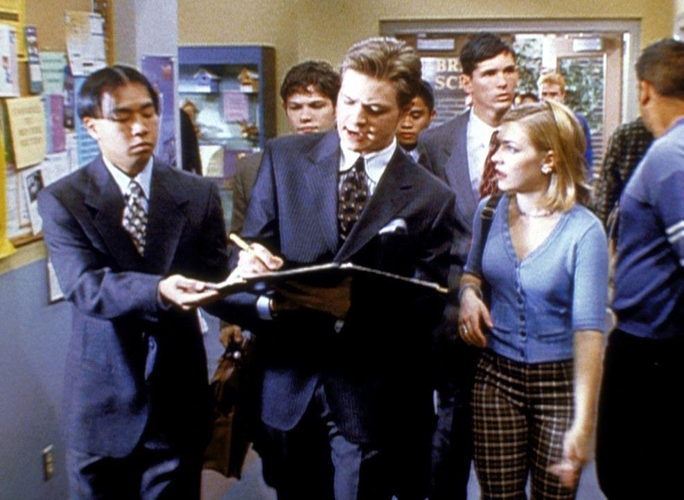 Sabrina (Melissa Joan Hart, r.) hat dafür gesorgt, dass aus Harvey (Nate Richert, M.) ein skrupelloser Manager geworden ist. - Bildquelle: Paramount Pictures