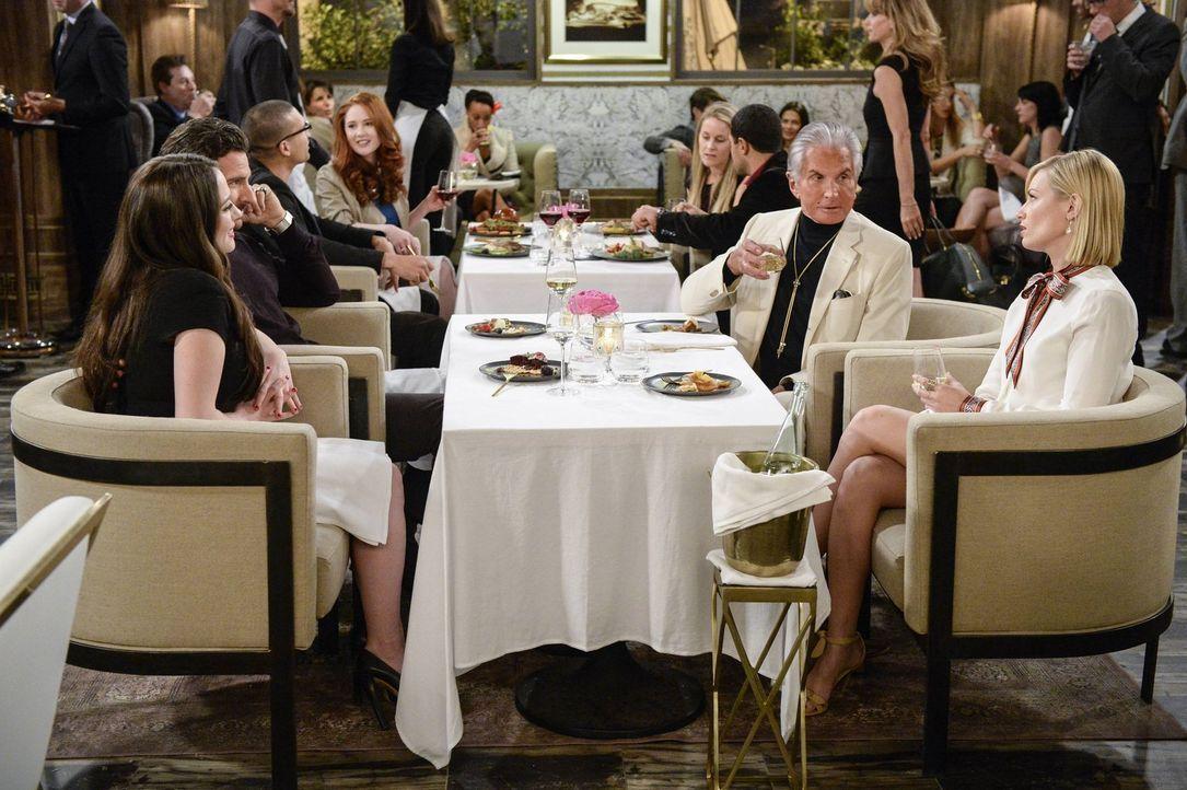 Randy (Ed Quinn, 2.v.l.) versucht bei einem Essen mit Max (Kat Dennings, l.), Caroline (Beth Behrs, r.) mit Bob (George Hamilton, 2.v.r.), einem Fre... - Bildquelle: 2016 Warner Brothers