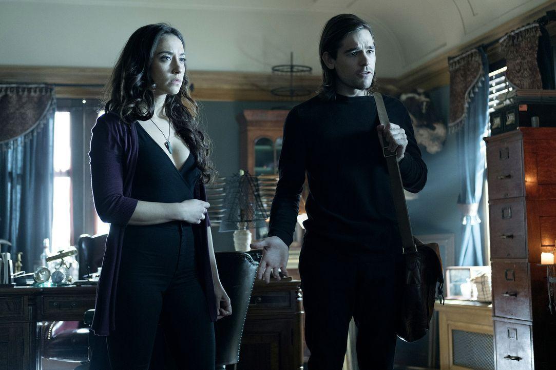 Julia (Stella Maeve, l.) und Quentin (Jason Ralph, r.) hoffen auf die Hilfe eines Professors, um Alice mit ihrem Schatten wieder zu vereinen und sie... - Bildquelle: Eike Schroter 2016 Syfy Media, LLC