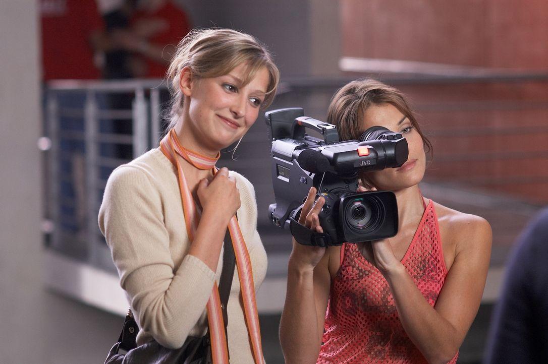 Die Jungregisseurin Denise (Alexandra Maria Lara, l.) dreht eine Reportage über das Leben eines Behinderten. Dafür soll Fred herhalten, der sich jedoch nur als Behinderter ausgegeben hat, um dem Sohn seiner Verlobten zu imponieren ...