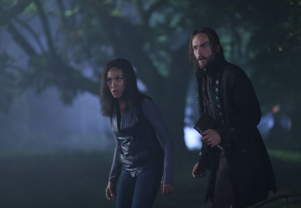 Während Ichabod (Tom Mison, r.) von seiner Sorge um Katrina getrieben wird, versuchen Abbie (Nicole Beharie, l.) und Jenny verzweifelt, an seinen Ve... - Bildquelle: 2014 Fox and its related entities. All rights reserved.