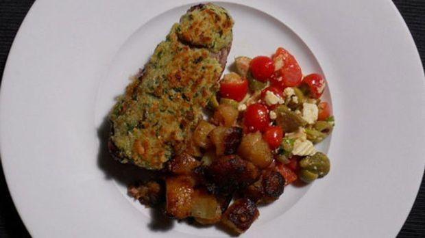 Zartes Steak mit Bärlauch-Topping und knusprigen Bratkartoffeln