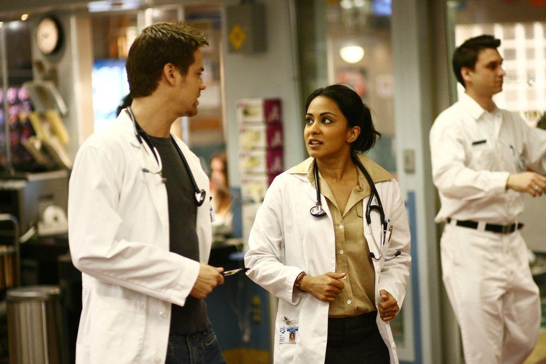 Kurze Lagebesprechung auf dem Gang: Neela (Parminder Nagra, M.) und Ray (Shane West, l.) ... - Bildquelle: Warner Bros. Television