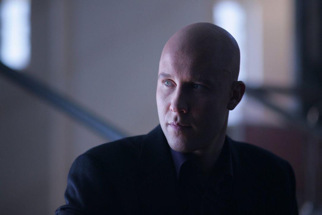 Nachdem Lex (Michael Rosenbaum) die Nacht mit einer attraktiven jungen Dame in einem Hotel verbracht hat, liegt die Frau am nächsten Morgen blutüber... - Bildquelle: Warner Bros.