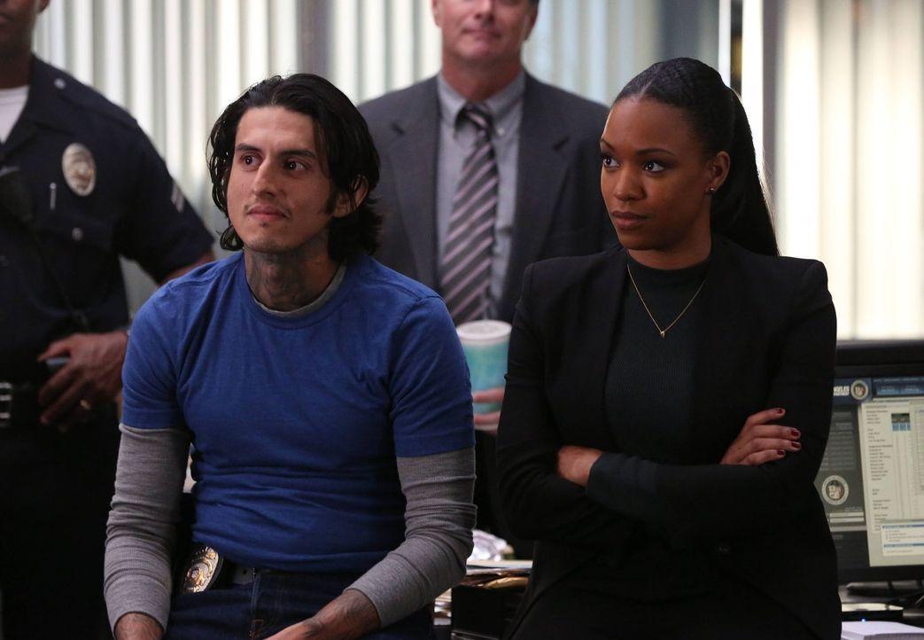 Stehen Riggs und Murtaugh bei den Ermittlungen bei: Sonya (Michelle Mitchenor, r.) und Alejandro (Richard Cabral, l.) ... - Bildquelle: 2016 Warner Brothers
