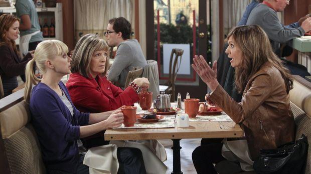 Marjorie (Mimi Kennedy, 2.v.l.) macht Christy (Anna Faris, l.) und Bonnie (Al...