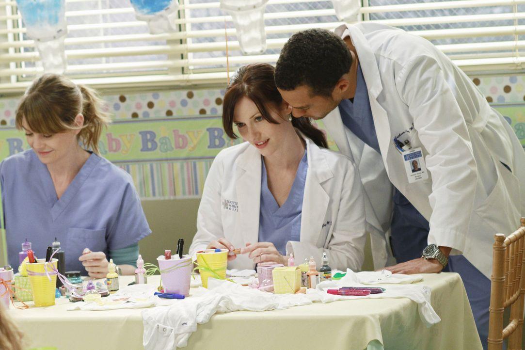 Während Chief Webber möchte, dass Derek und Meredith (Ellen Pompeo, l.) seine Frau Adele in die Alzheimer-Studie aufnehmen, können Lexie (Chyler... - Bildquelle: ABC Studios