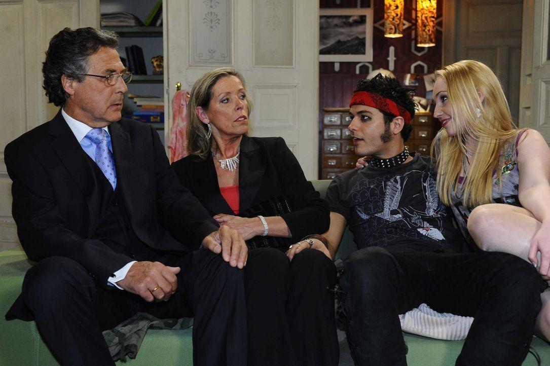 Mit seinem Auftreten schockiert Maik (Sebastian König, 2.v.r.) Barbaras (Anna Juliana Kletzmayr, r.) Eltern Arnold (Wolfgang Sieg, l.) und Verena M... - Bildquelle: SAT.1