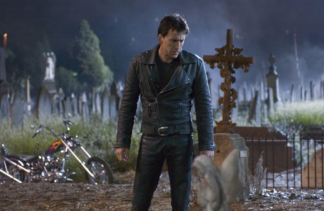 Als sein Vater im Sterben liegt, schließt Motorradstuntman Johnny Blaze (Nicolas Cage) einen Pakt mit dem Teufel - und wird so zu einem Ghost Rider... - Bildquelle: Sony Pictures Television International. All Rights Reserved.