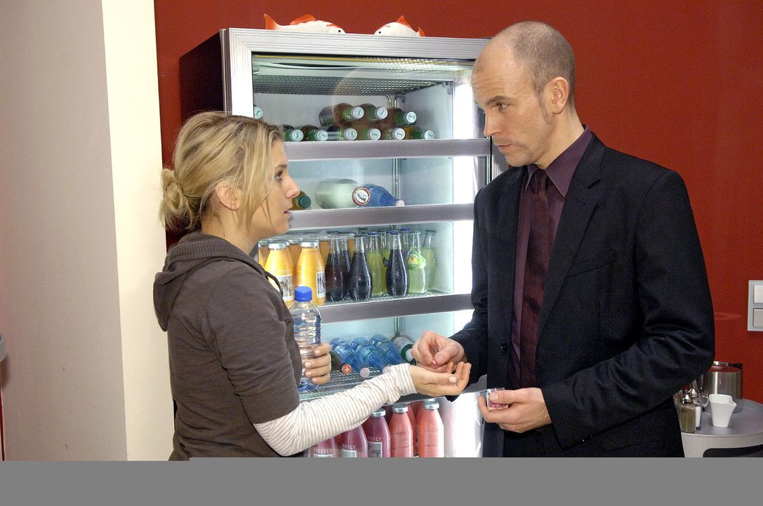 Gerrit (Lars Löllmann, r.) versorgt Anna (Jeanette Biedermann, l.) mit einer Pille. - Bildquelle: Claudius Pflug Sat.1