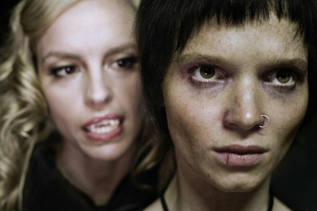 Noch ahnt Louise (Nina Hoss, l.) nicht, dass der Biss in ihr neues Opfer, Straßenkind Lena (Karoline Herfurth, r.), eine Reihe unvorhergesehener, fa... - Bildquelle: 2010 Constantin Film Verleih GmbH.