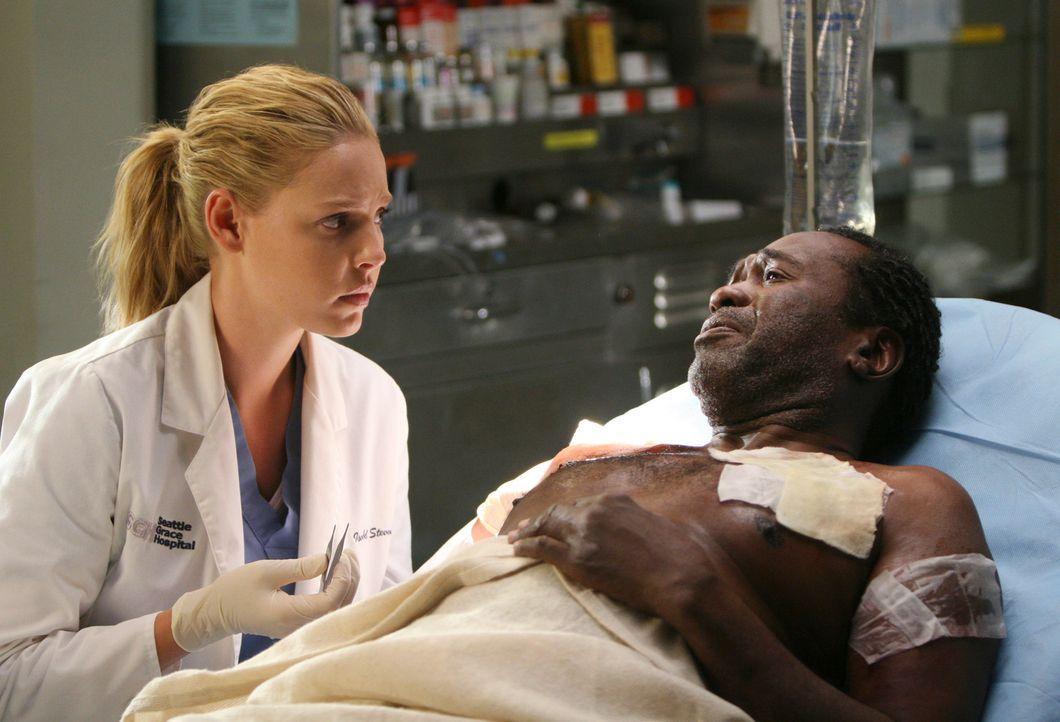 Izzie (Katherine Heigl, l.) ist sehr nervös und lässt immer wieder Gegenstände fallen, besonders als Callie vor Archie (Ben Vereen, r.) erwähnt,... - Bildquelle: Touchstone Television