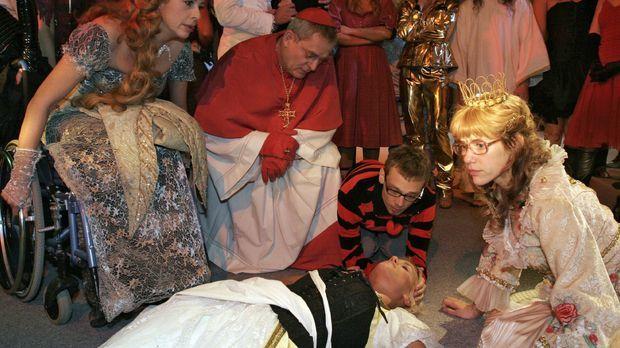 Schockiert über Richards Untat versuchen die Gäste des Kostümballs der am Bod...