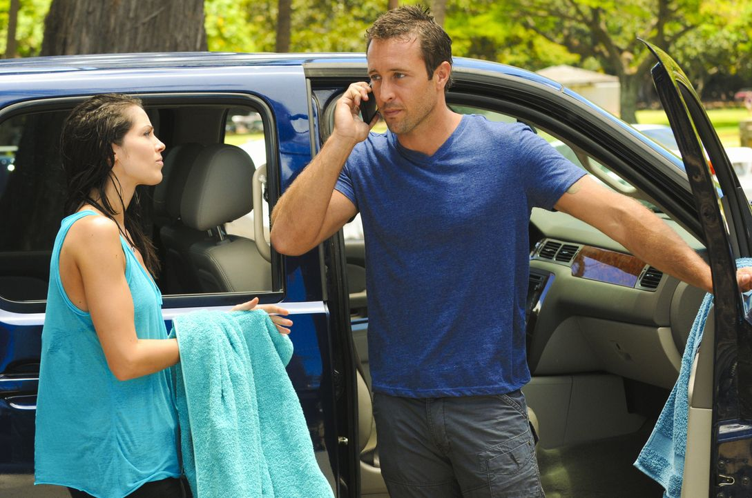 Während Steve (Alex O'Loughlin, r.) und seine Kollegen an einem neuen Fall arbeiten, versucht Catherine (Michelle Borth, l.) über einen Beamten des... - Bildquelle: 2012 CBS Broadcasting, Inc. All Rights Reserved.