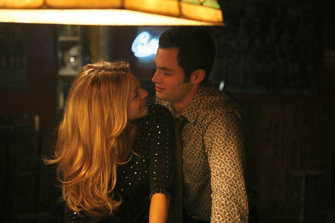 Zwischen den beiden funkt es gewaltig: Serena (Blake Lively, l.) und Dan (Penn Badgley, r.) verstehen sich bei ihrem ersten Date prächtig ... - Bildquelle: Warner Brothers