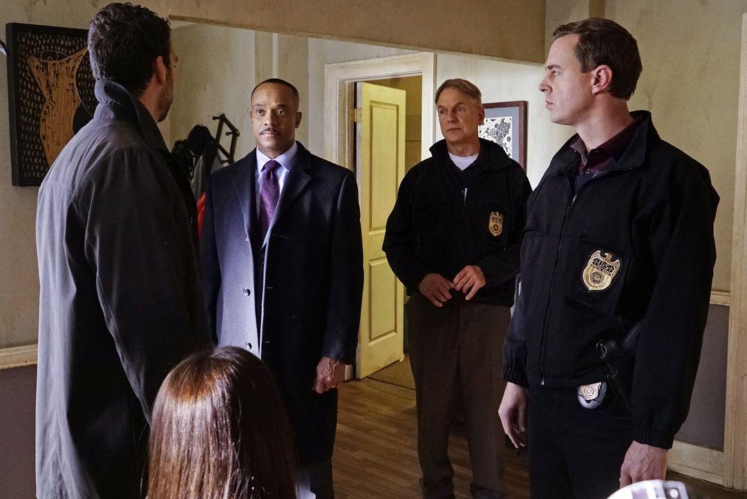 Müssen gemeinsam einen neuen Fall lösen: Rafi Ali (Scott Speiser, l.), Delilah (Margo Harshman, 2.v.l.), Vance (Rocky Carroll, M.), Gibbs (Mark Harm... - Bildquelle: Robert Voets CBS Television