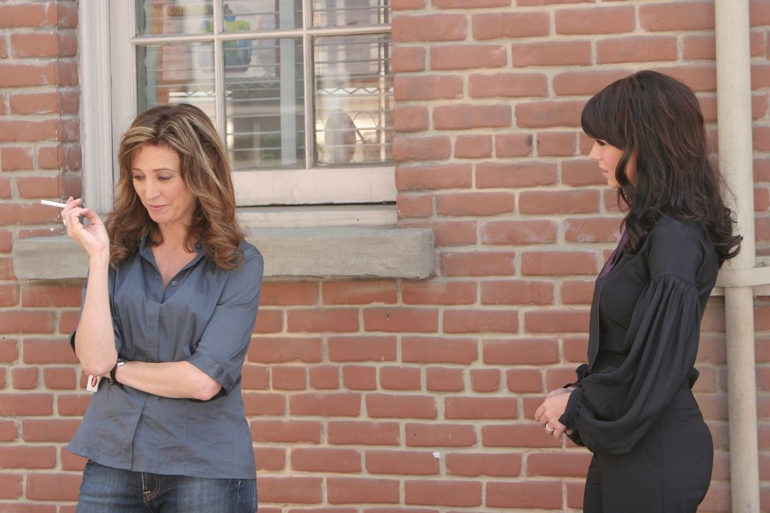 Melinda (Jennifer Love Hewitt, r.) kann Jean Godfreys (Wendy Makkena, l.) Reaktion auf ihre Nachricht nicht verstehen ... - Bildquelle: ABC Studios